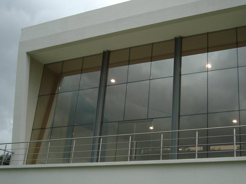 Paredes de vidrio templado metalmachine for Modelos de comedores de vidrio