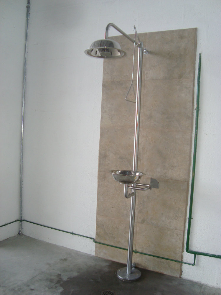 Ducha lava ojos metalmachine for Pasamanos para ducha